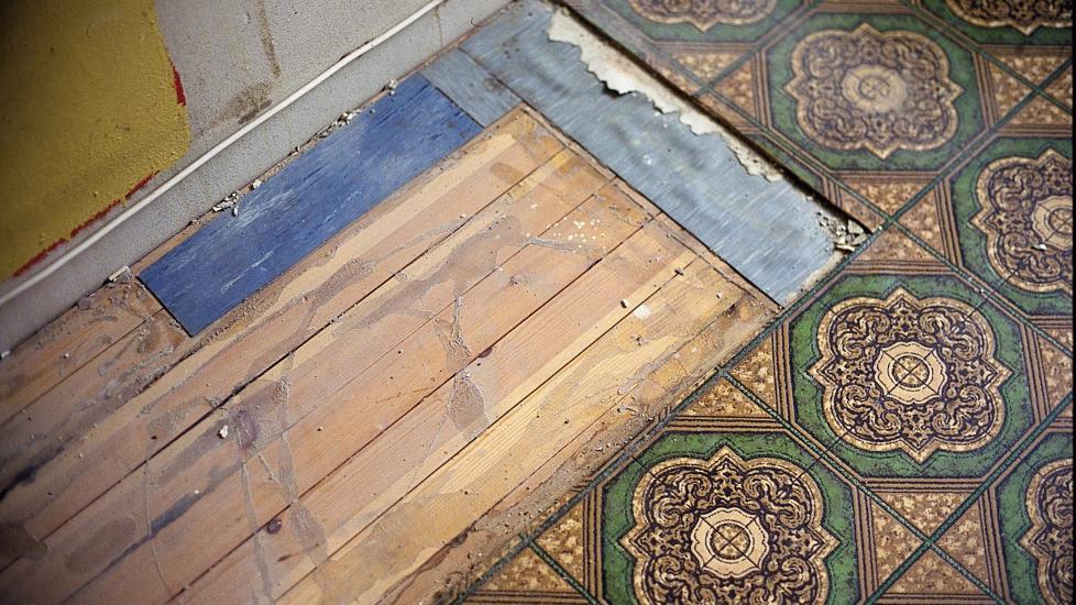 GULV: � ta fram det originale bordgulvet kan gi mye til rommet, men kan ogs� f�re med seg jobb. Det kan ligge flere �rganger av gamle belegg, asfaltpapp, avrettingsmasser og lim under dagens gulv. Start i et bortgjemt hj�rne og se hva som egentlig finnes under overflaten, f�r du begynner � rive, sier ifi.no. Foto: Frode Larsen/ifi.no