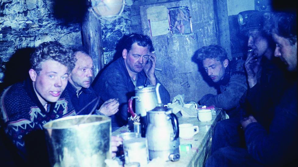 FIKK SKYLDA: Seks omkomne ble funnet i dette oppholdsrommet i Estergruva etter eksplosjonen i Kings Bay-gruva. Da de ble funnet, s� det ut som de sov. Foto fra Kings Bay-saken, Forlaget Press.