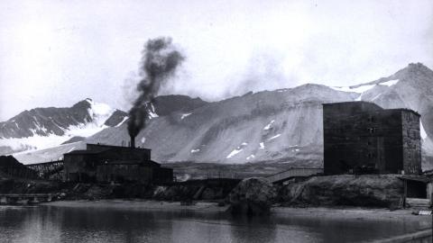 21 DØDE:Her i Ny-Ålesund på Svalbard lå gruvene til det statlig eide selskapet Kings Bay Kull Company.  1962.  21 mennesker omkom i en voldsom underjordisk eksplosjon her 5. november 1962. Stortinget besluttet så avvikling av King Bay 23 august 1963, og samtidig måtte Gerhardsen-regjeringen gå av. Foto: NTB Scanpix