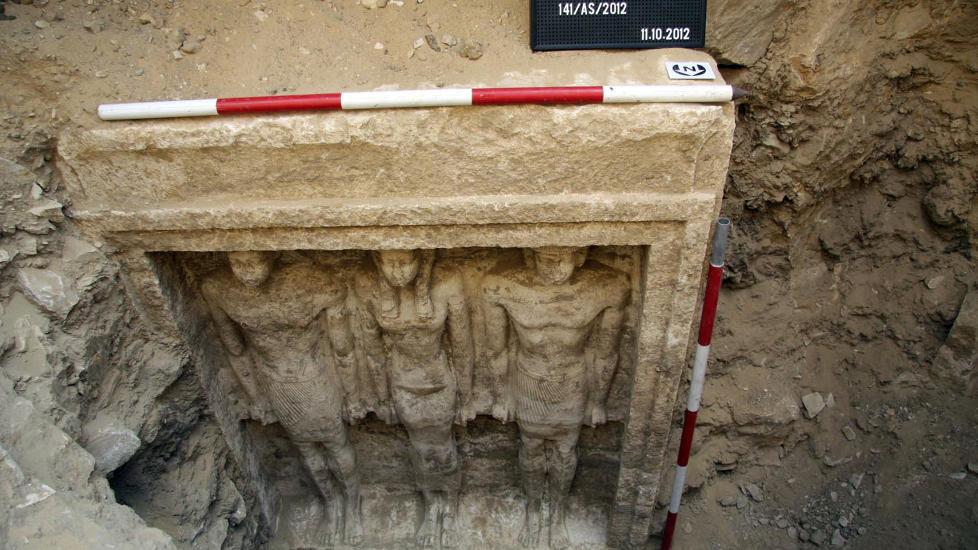 STATUER: I graven fant arkeologene disse statuene av to menn og en kvinne. Foto: AP Photo/Egypt's Supreme Council Of Antiquities/NTBScanpix