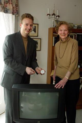 M�nsterpensjonist: Os kommune pr�ver ut nye brannslukkere i TV hos eldre leietakere, i 2004. Ordf�rer Terje S�viknes med Hilda p� laget.  Foto: Oddmund Lunde