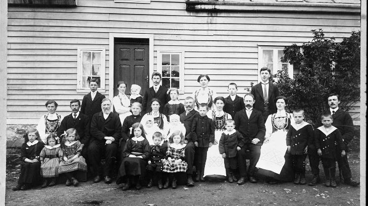 De f�rste dagene: Hilda noen f� m�neder gammel, p� fanget til mor Anna, i 1913, hjemme p� g�rden i R�d, Hordaland.
