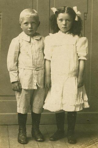 Tvillingene: Tvillingparet Hilda og Annanias R�d. Fotograf Mortensen i Os fanget et alvorlig s�skenpar idet de var fem �r gamle, i 1918.