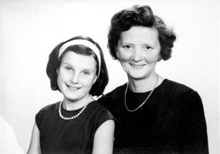 Mor og datter: Hilda med datteren Aashild, rundt 10 �r gammel. P� dette tidspunktet har de mistet sin mann og far, som d�de av hjerteinfarkt i 1962. Bildet skulle st� framme hvor enn Hilda bodde siden, til sin siste dag.