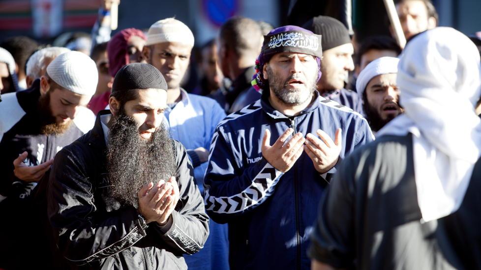 DEMONSTRERTE: Omar Cheblal (i bl� Hummel-joggejakke) demonstrerer sammen med blant andre Arfan Bhatti utenfor den amerikanske ambassaden.  Foto : Sara Estiri/ Dagbladet