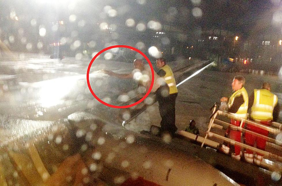 WHISKY ON ICE: Her er SAS-kapteinen i full gang med whisky-avisning av vingene. Bak ham st�r bakkemannskapene med en ny dose av de edle dr�pene. Foto: Linda Apeland