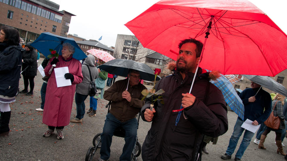 MISFORSTÅTT: Khalid Haji Ahmed (med rød paraply) mener hans rolle i saken er overdrevet.  Foto: Jo E. Brenden / NTB scanpix