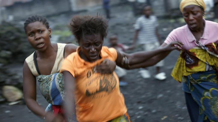 KRITISK: Kongolesiske kvinner løper fra kampene mellom M23 og regjeringssoldatene. Foto: NTBSCANPIX/AP Photo/Jerome Delay