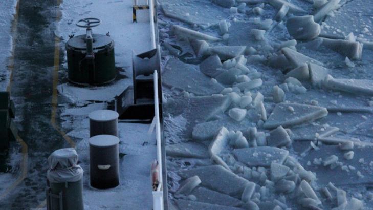 40 CENTIMETER;  Isen var ikke tykkere enn 40 centimeter - er  Ob River på vei gjennom Nordøstpassasjen fra Hammerfest til Japan som første gasstankwer med last. Skipseksperter har beregnet at denne ruta kan spare 20 dager og mye drivstoff. FOTO: EPA/DYNAGAS LTD/NTB SCANPIX.