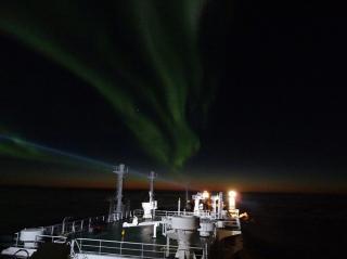 UT FRA HAMMERFEST:  Gasstanker Ob River starter ferden gjennom Nordøstpassasjen fra Hammerfest - bildet er tatt 8. oktober.  EPA/DYNAGAS LTD / NTB SCANPIX.