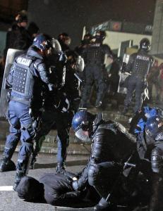 Politi og demonstranter barket sammen