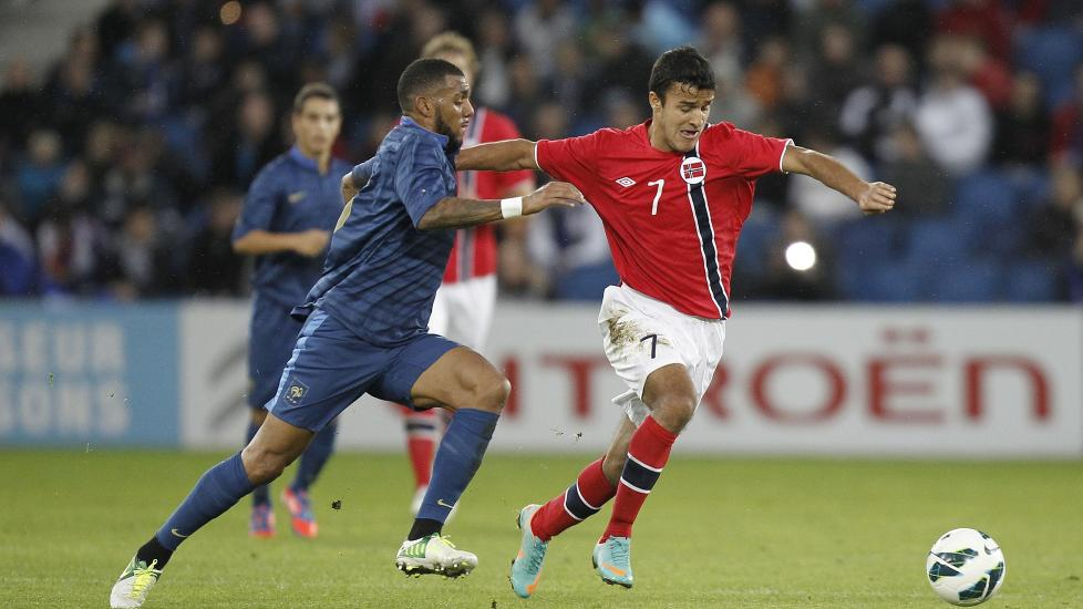 USIKKER: Harmeet Singh sier han ikke har bestemt seg for om det er Norge eller India han vil representere. Her er han i norsk landslagsdrakt mot Yann M'Vila og Frankrike i play-offen til U21-EM.  Foto: CHARLY TRIBALLEAU / AFP / NTB scanpix