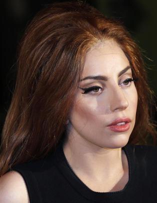 - Lady Gaga tvang meg til � sove i senga hennes