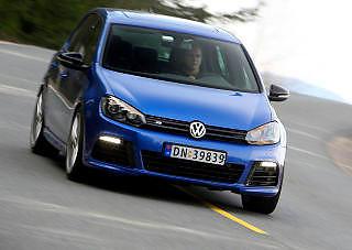 T�RST KOMPAKTBIL: VW Golf er ogs� p� bunn i kompaktklassen. Golf R med 270 hk trengte mer enn �n liter per mil.