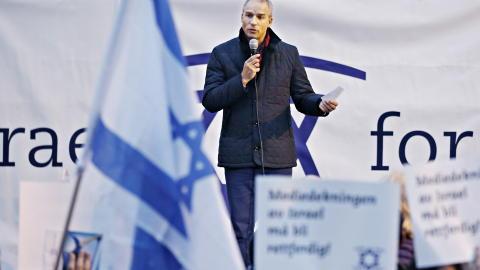 ST�TTER: Hans Olav Syversen (KrF) - her i st�ttedemonstrasjon for Israel ved Israels ambassade i Parkveien. Foto: Jacques Hvistendahl
