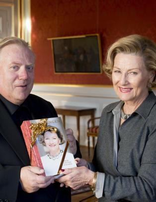 - Biografien om dronning Sonja for d�rlig for norske bibliotek