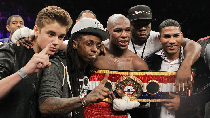 VENN AV EN FIENDE: Justin Bieber var i ringen etter at kompisen Floyd Mayweather Jr. hadde slått Miguel Cotto i mai i år. På bildet også rapperne Lil Wayne og 50 Cent, og den kubanske bokseren Yuriyorkis Gamboa. Foto: SCANPIX/AP/Eric Jamison