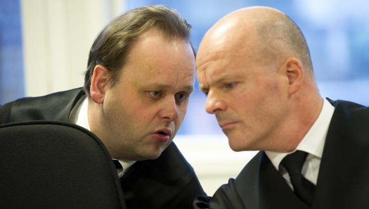 GA R�D: Forsvarsadvokatene Rolf Knudsen (t.v.) og Ivar Abrahamsen har gitt 19-�ringen r�d om ikke � anke dommen.  Foto: Marit Hommedal / NTB scanpix