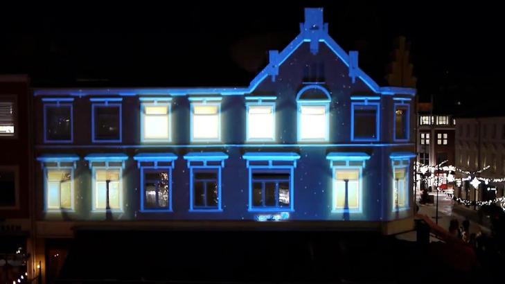 NOEN HJEMME?: Nei, det er ikke lys p� inne i bygget, selv om det virkelig ser slik ut. Foto: Blank