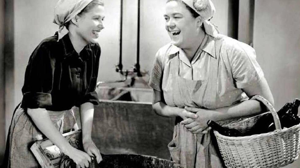 I VASKEKJELLEREN: Inger Marie Andersen og Kari Diesen spiller hovedroller i «Støv på hjernen». Hodetørkleet var en del av uniformen til husmødrene. Er det dette husmorbloggerne drømmer om?