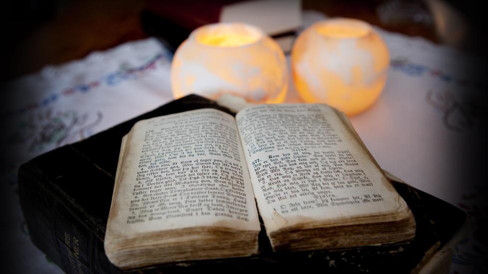 PINLIG: Bibelen er nummer to p� lista over pinlige lesestoff, bare sl�tt av Se og H�r.  Foto: Jon Terje Hellgren Hansen / Dagbladet