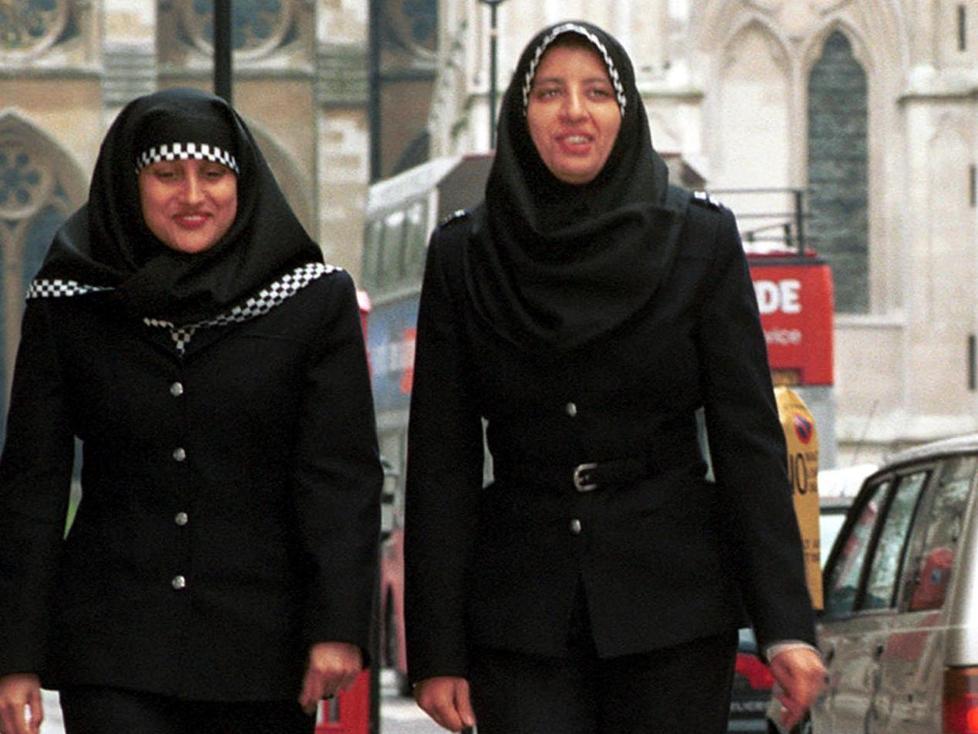 GODKJENT UNIFORM MED HIJAB: Ble innf�rt i Storbritannia i 2001. Foto: EPA PHOTO AFP/METROPOLITAN POLICE/BF-amd