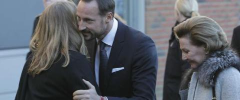 Dronning Sonja og kronprins Haakon m�ter de p�r�rende n�