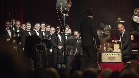 KORKAMERATER:  Oslo Filharmoniske Kor (OFK) i Operaen, her ser vi ryggen til Geir Zahl og Helge Risa uten gassmaske. Foto: Anders Gr�nneberg
