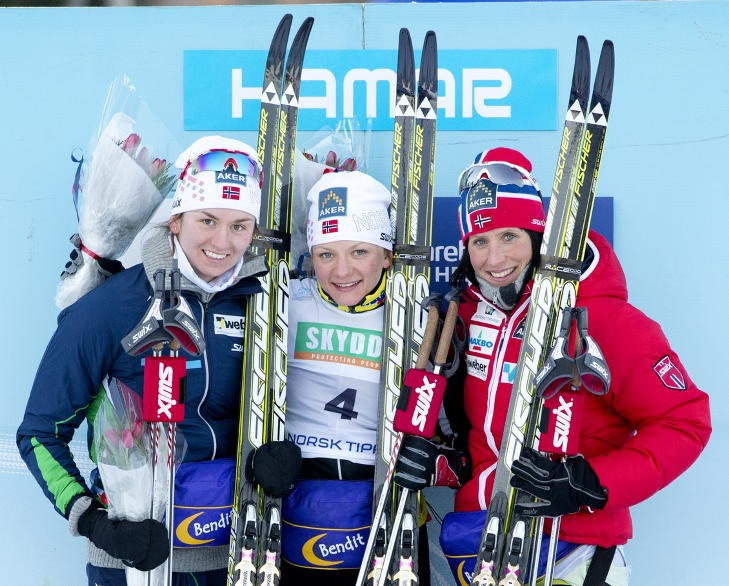 PALLEN: Maiken Caspersen Falla (i midten) fra Gjerdrum IL vant finalen i sprinten foran Celine Brun-lie fra Njård (t.v.) og Marit Bjørgen fra Rognes IL i ski-NM i dag. Foto: Håkon Mosvold Larsen / NTB Scanpix