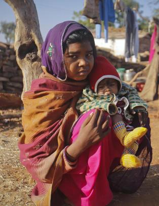 Unike bilder dokumenterer Krishnas (14) tøffe liv som tenåringsmor