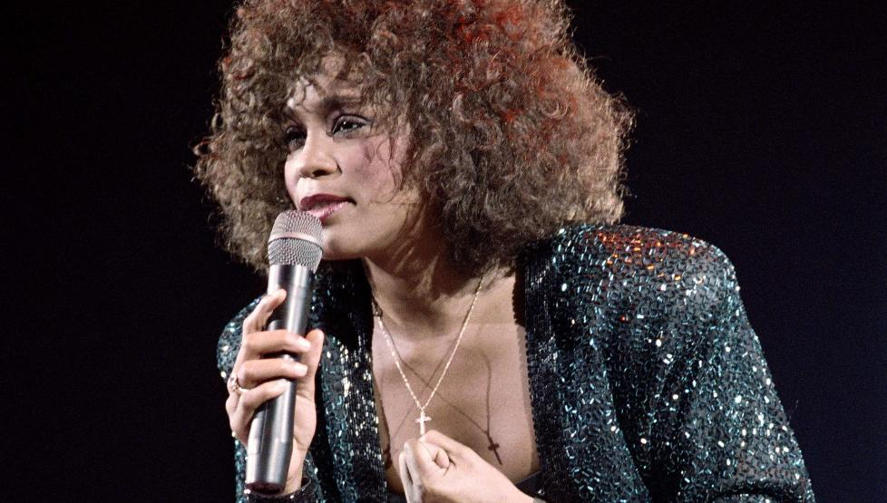 ETT ÅR ETTER: 11. februar i fjor døde Whitney Houston. Nå, ett år etter, forteller broren Michael at han sliter med skyldfølelse fordi det var han som introduserte stjerna for narkotika. Foto: AFP / NTB scanpix