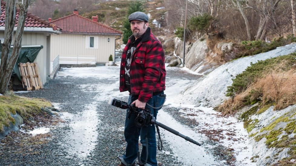 OVERRASKET: Nathan Lediard hadde akkurat avsluttet et fotooppdrag av en leilighet i Kristiansund, da han ble omringet av v�pnet politi. Foto: Privat