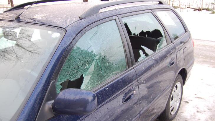 SKADER:  Slik s� bilen til Lasse Vik ut etter at Asker Drift hadde str�dd i omr�det. N� �nsker bedriften � fikse opp. Foto: privat.