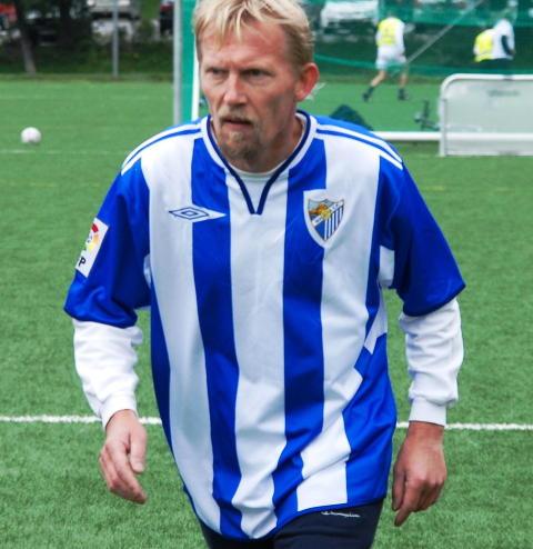 AKTIV FOTBALLSPILLER: Nesbø spilte selv på lag som  Molde, Lyn og Stabæk. Her i aksjon i NRK cup på Marienlyst. Foto: Tom Stalsberg / Dagbladet