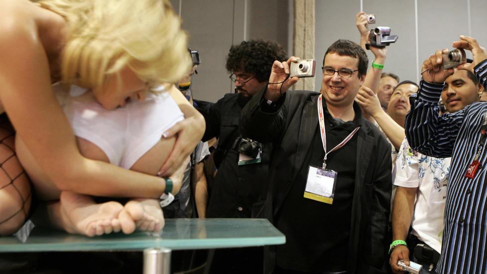 KORTE LINSER, LANGE BLIKK: Skuelystne fans hadde funnet fram kameraene da de var p� pornomessa Adult Entertainment Expo i Las Vegas i 2008. Foto: REUTERS / Steve Marcus / NTB scanpix