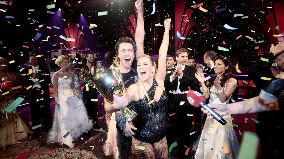 DAMENES AFTEN: �TV2 lager f�rst og fremst damenes TV-aften. Det er dobbelt s� mange kvinner som menn som liker Senkveld veldig godt, og det er over tre ganger s� mange kvinner som liker ?Skal vi danse?�, skriver kronikkforfatterne. Artist Hanne S�rvaag og danser Egor Filipenko vant finalen av det TV2 sendte programmet �Skal vi danse� i fjor. Foto: Stian Lysberg Solum / NTB Scanpix