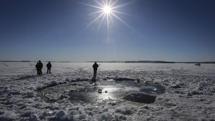 SLO HULL I ISEN: De f�rste fragmentene ble funnet ved innsj�en Tsjerbarkul. Fragmentet som trolig slo hull i isen er s� langt ikke funnet. Foto: Foto: EPA/SERGEI ILNITSKY/NTB SCANPIX