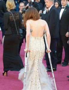 Kristen Stewart ankom r�d l�per med krykker