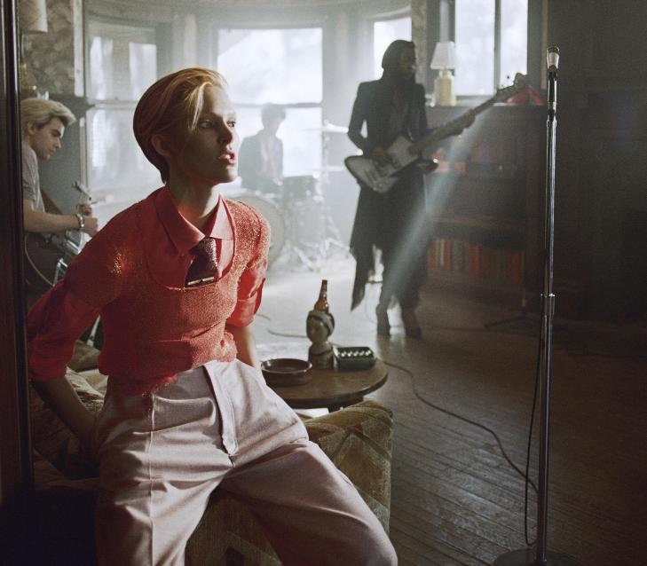 ISELIN BOWIE: Her er supermodellen Iselin Steiro som David Bowie i hans nye musikkvideo til l�ta �The Stars (Are Out Tonight)�. Foto: Sony Music