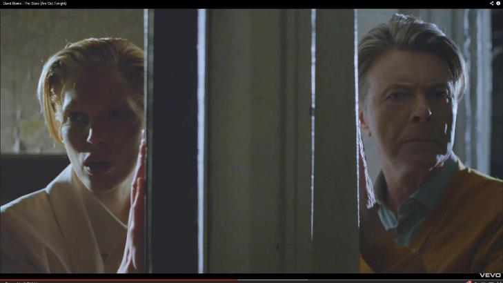 LIKE?: Den norske modellen spiller rollen som en ung og rocka David Bowie i hans nye musikkvideo. Til orientering er Iselin Steiro til venstre i dette bilde. Foto: Faksimile Youtube.