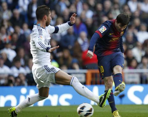 M�L: Lionel Messi setter inn 1-1-m�let. Foto: REUTERS/Paul Hanna