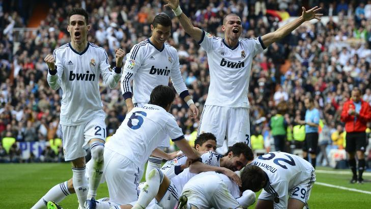 NY SEIER: Real Madrid-spillerne jubler etter 2-1-m�let til Sergio Ramos. Laget vant mot Barcelona i ettermiddag. Foto:  AFP PHOTO/ JAVIER SORIANO