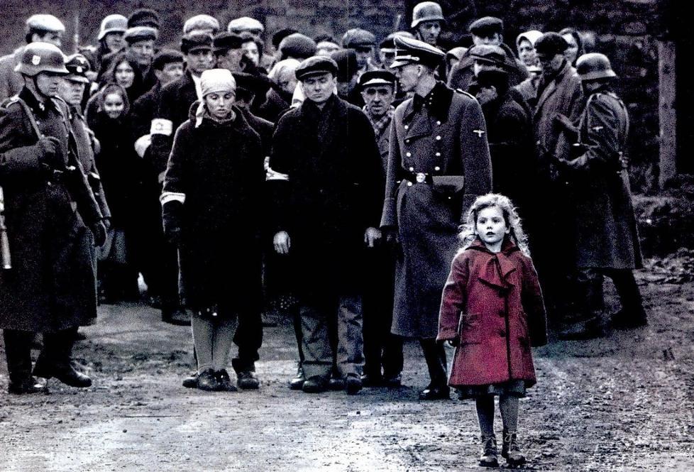 JENTA I R�DT: Oliwia Dabrowska var tre �r da hun var med p� innspillingen av �Schindlers liste�. � se filmen ga henne problemer.