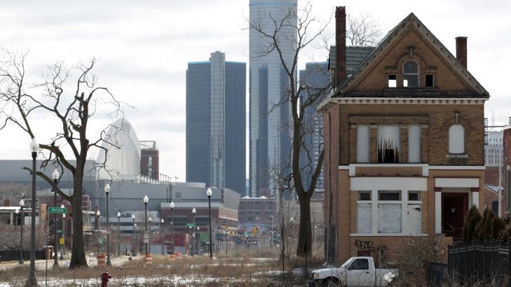 KONTRASTEN: Et hus i det som en gang var et livlig nabolag er forlatt. Hus i �Motor City� koster i dag mindre enn en ny bil. Foto: EPA/JEFF KOWALSKY
