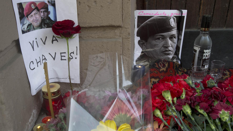 IL COMANDANTE VODKA: Hugo Chavez minnes p� russisk vis i Moskva, med blomster og vodka. (AP Photo/Misha Japaridze)