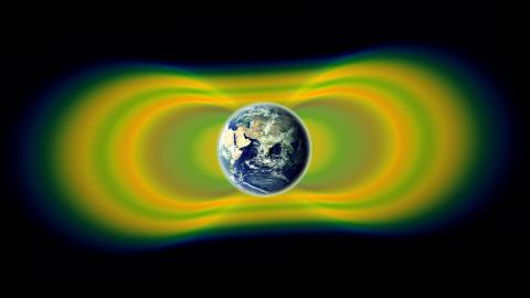 NY VITEN: Forskerne visste fra f�r at str�lebeltene rundt jorda krymper og utvider seg som en reaksjon p� energi fra sola. Men de vet ikke hvordan. Foto: Nasa