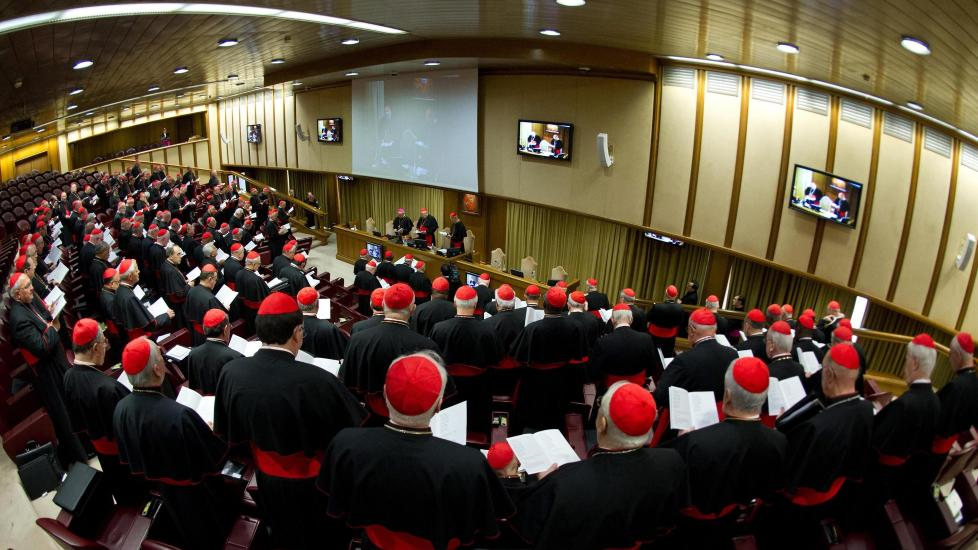 M�TER: Her er kardinaler under et m�te i Vatikanet p� mandag. De forbereder seg p� � velge en ny pave, og har n� daglige m�ter for � finne ut hva de �nsker av den nye paven og hvem det kan v�re. Foto: EPA/OSSERVATORE ROMANO / NTB SCANPIX