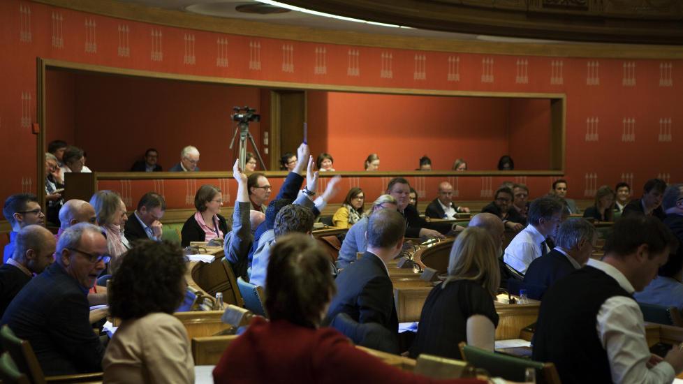 FIRE HENDER FOR AVVIKLING: Oslo bystyre voterer over Frps forslag om � avvikle Oslo Nye Teater. Det ble fire hender i v�ret - fra Carl I. Hagen og hans tre bystyrekumpaner Foto: Anders Gr�nneberg