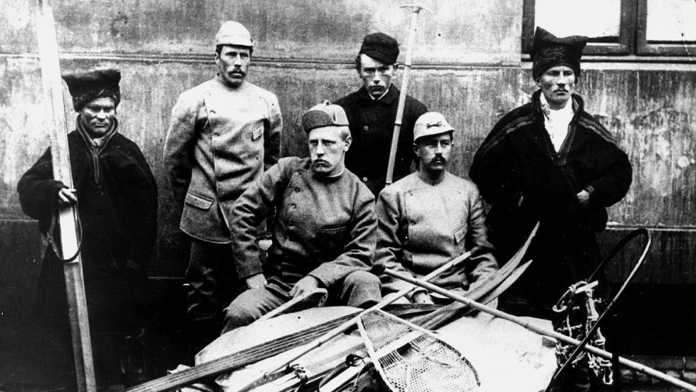 FRIDTJOF NANSEN Her sammen med resten av medlemmene i Nansen-ekspedisjonen som gikk over Gr�nland i 1888. Det fryktes at effekter fra hans ekspedisjoner kan v�re taot. Foto: NTB
