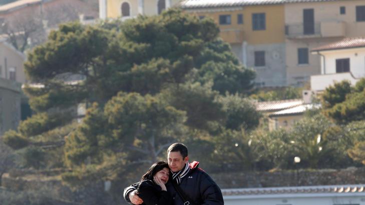 MISTET SIN FEM �R GAMLE DATTER: Susy Albertini mistet sin fem �r gamle datter Dayana Arlotti i Costa Concordia-ulykken i fjor. I p�talemyndighetenes rapport, som n� er klar, kommer det fram hvordan datteren falt ned i et oversv�mt hull og druknet.  Foto: Reuters / Giampiero Sposito / Scanpix